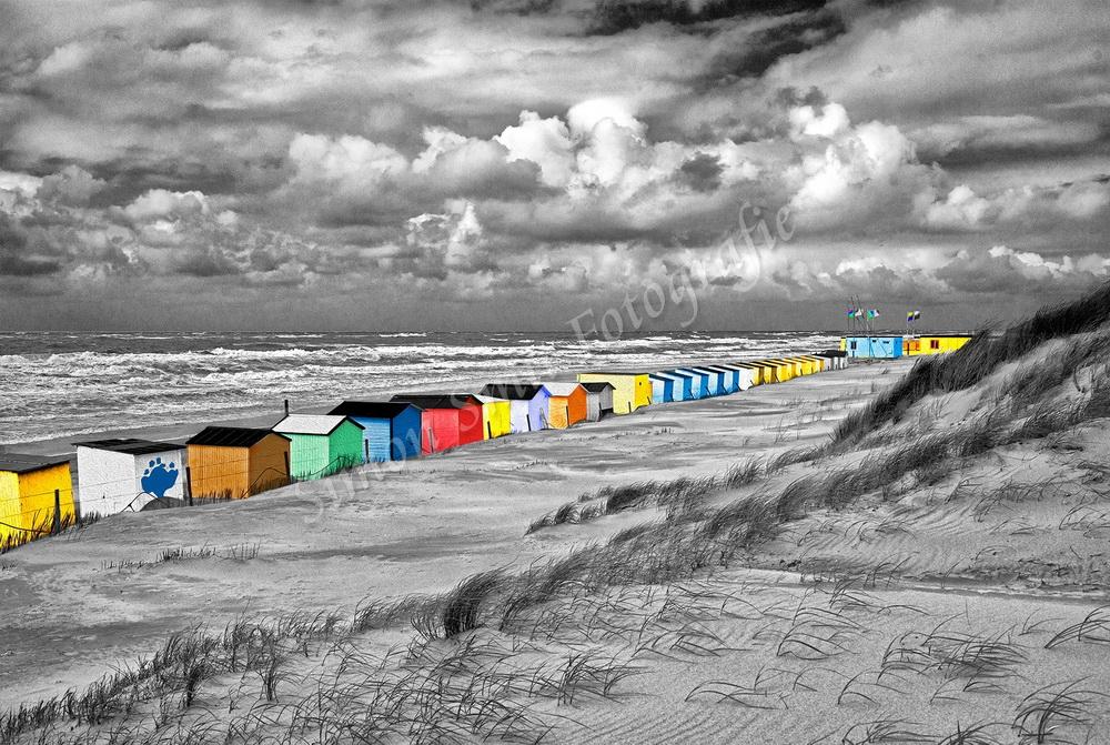Gekleurde strandhuisjes (zwart-wit)