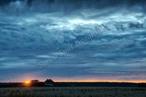 Zware wolken, ondergaande zon